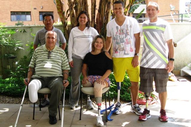 Val (ao centro) na companhia de outros pacientes do CMW, clínica que a acompanha desde 2011 | Foto: Lázaro Britto / Blog Passo Firme